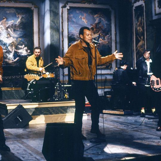 SATURDAY NIGHT LIVE -- Episode 19 -- Pictured: Young FIne Cannibals during the musical performance on May 13, 1989 (Photo by Alan Singer/NBCU Photo Bank/NBCUniversal via Getty Images via Getty Images)