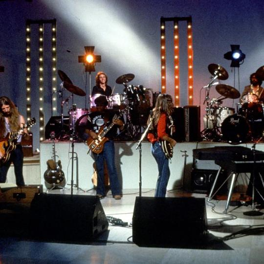 "1980: (L-R) Patrick Simmons, Chet McCracken, Tiran Porter, John McFee, Keith Knudsen and Michael McDonald of the rock and roll band ""The Doobie Brothers"" perform onstage in 1980. (Photo by Steve Loverro/Michael Ochs Archives/Getty Images)"