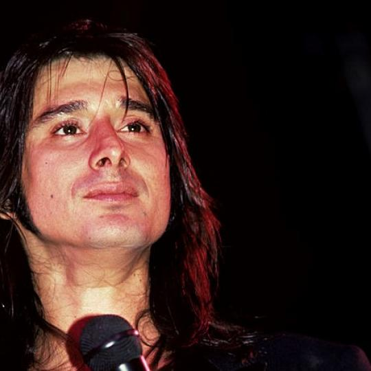 (MANDATORY CREDIT Ebet Roberts/Getty Images) NEW YORK - OCTOBER 10: Steve Perry of Journey performs on stage at the Nassau Colliseum on October 10, 1981 in Uniondale, Long Island, New York. (Photo by Ebet Roberts/Redferns)