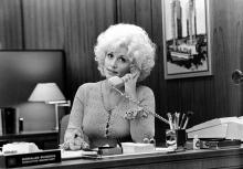 "Country singer Dolly Parton acts in a scene from the movie ""9 to 5"" which was released on December 19, 1980. (Photo by Michael Ochs Archives/Getty Images)"